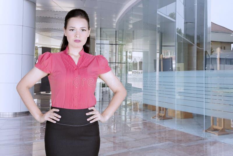 De Kaukasische bedrijfsleider kijkt boos in het bureau stock afbeelding