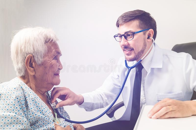 De Kaukasische bejaarden van het artsenonderzoek royalty-vrije stock afbeelding