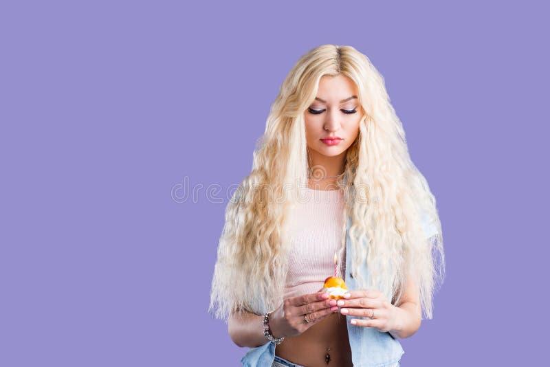 De Kaukasische mooie cake van de vrouwenholding stock foto
