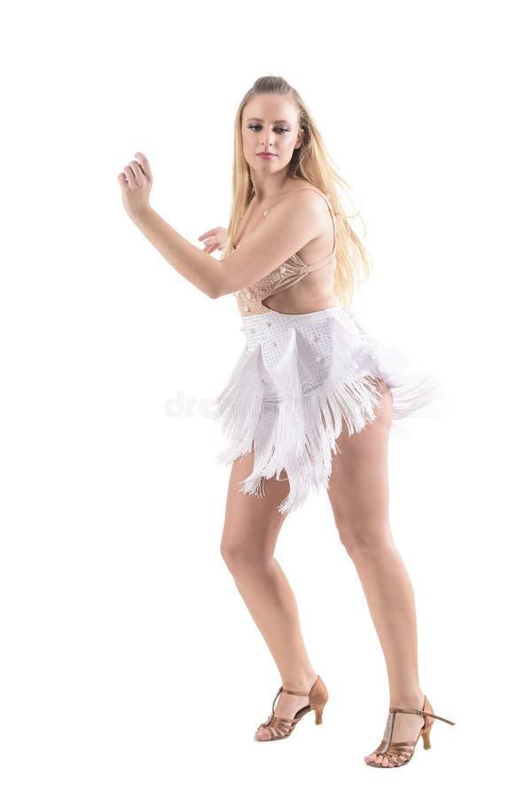 De Kaukasische professionele danser die van de blondevrouw van latino dansen stromend omzoomd kostuum dragen royalty-vrije stock foto's