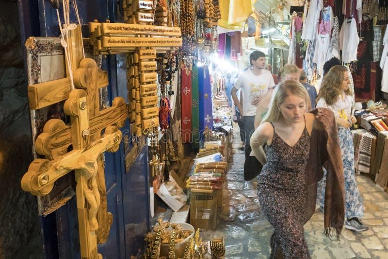 De Kaukasische toeristen die op de marktplaats van oude stad van Jeruzalem bij de Tempel lopen zetten op stock afbeeldingen