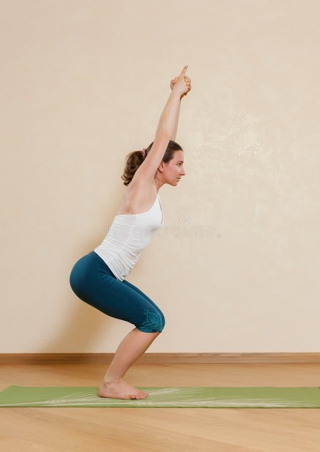De Kaukasische vrouw oefent yoga uit stock afbeeldingen