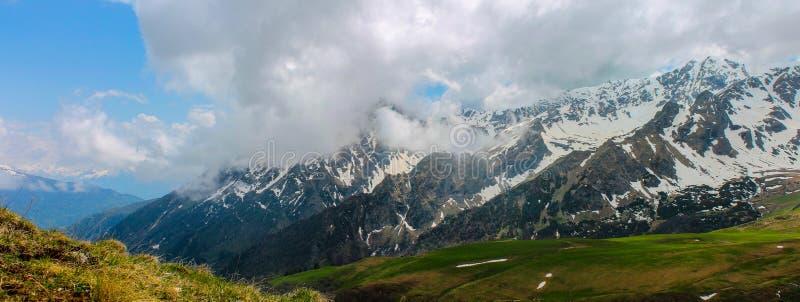De Kaukasus, de Lente, berg, Rusland, panorama, hoogte, bergketen, sneeuw, landschappen, reis, in openlucht stock fotografie