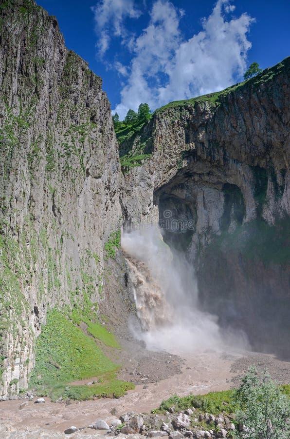 De Kaukasus Rusland 17 juli, 2016: Waterval Karacasu in de landstreek op de Noordelijke bodem van Elbrus van Elbrus royalty-vrije stock afbeeldingen
