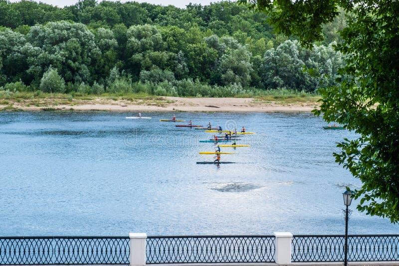 De Kayakersconcurrentie op de rivier Sozh royalty-vrije stock afbeeldingen