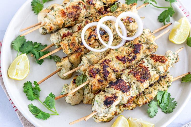 De Kebab van kippenmalai Tikka op Vleespennen met Citroen worden gediend die stock foto's