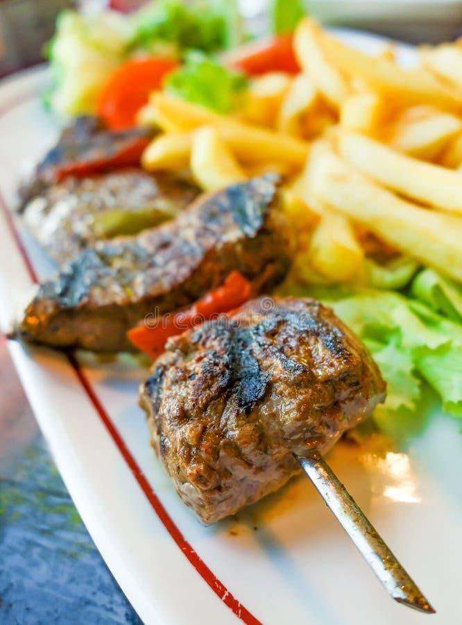 Download De Kebabs Van Het Rundvleeslapje Vlees Met Groenten Stock Afbeelding - Afbeelding bestaande uit grill, kruiden: 39108411