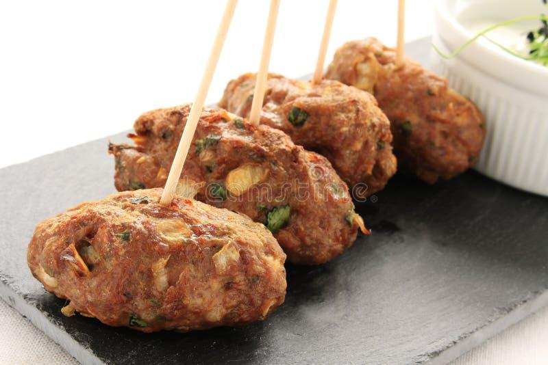 De kebabs van Kofte shish kofta met onderdompeling stock foto