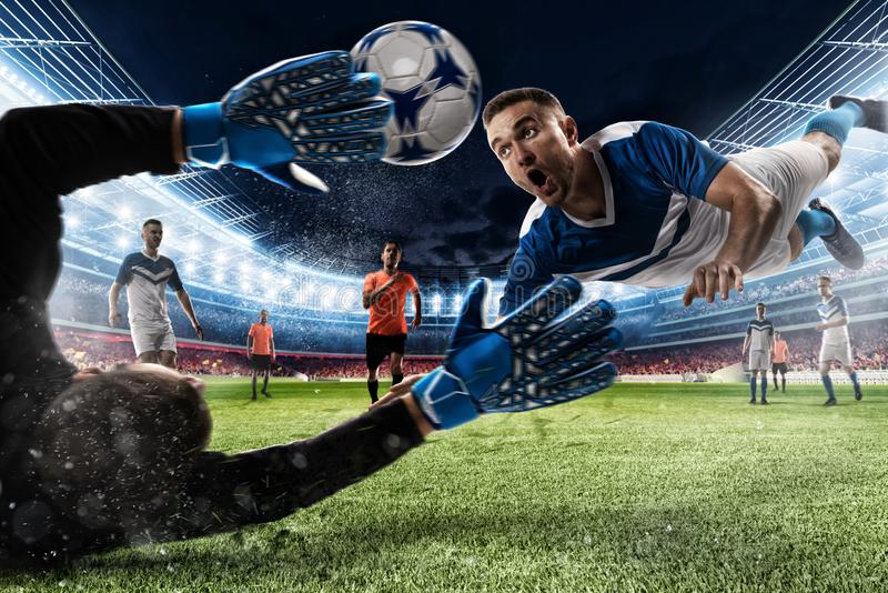 De keeper vangt de bal in het stadion stock foto