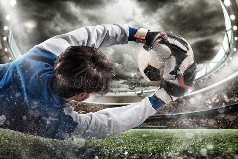 De keeper vangt de bal in het stadion stock fotografie