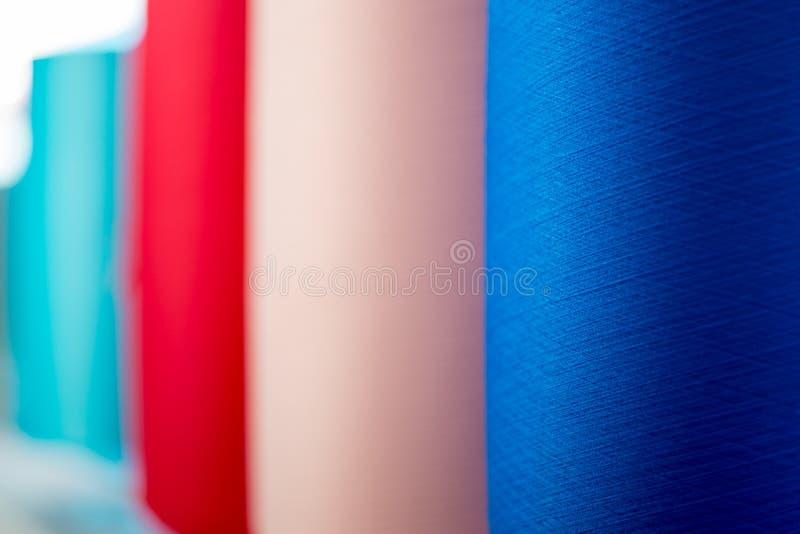 De kegelsclose-up van het kleurengaren stock afbeeldingen