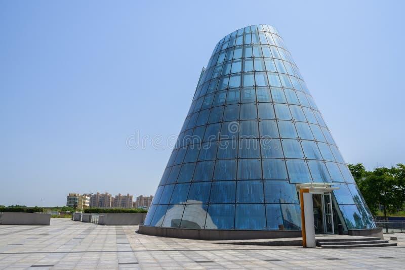 De kegelvormige moderne bouw met blauwe glasgordijngevel in sunn stock foto