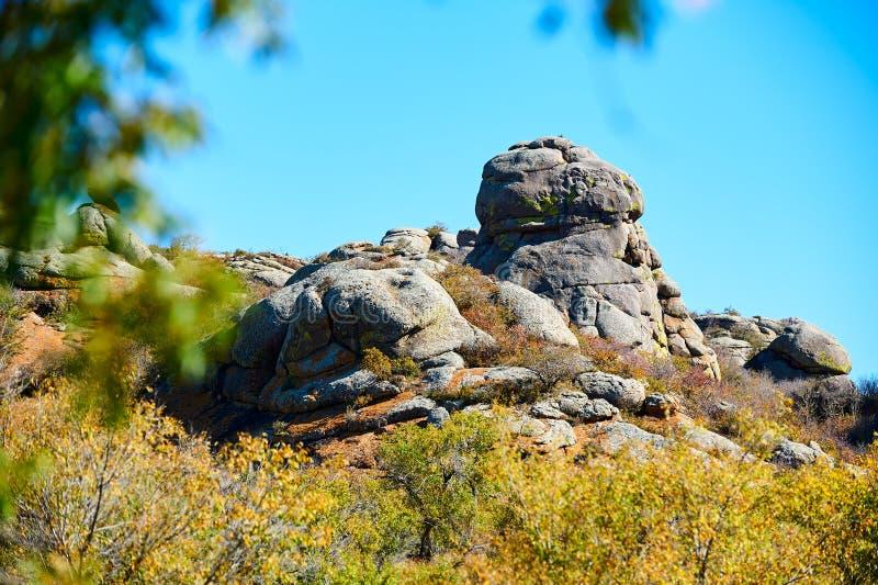 De kei op de heuvel en de blauwe hemel royalty-vrije stock afbeelding