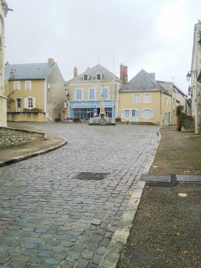 De keistraat en gebouwen van Argenton sur Creuse stock foto