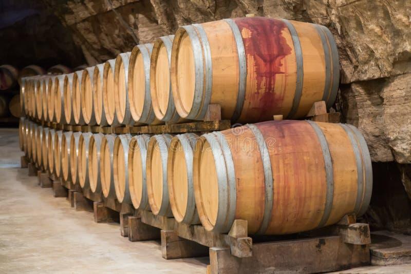 De kelder van de wijn met vaten stock afbeelding