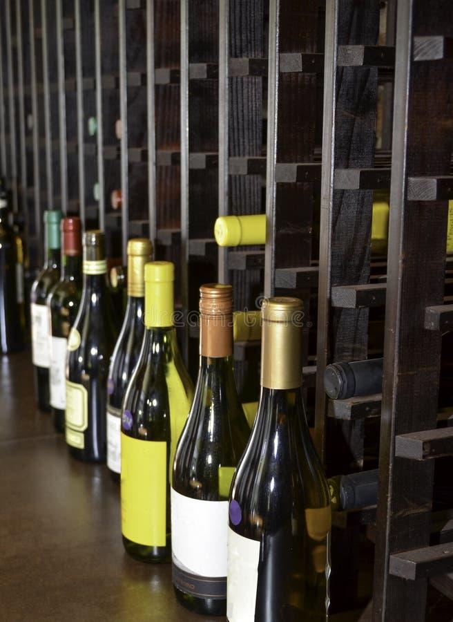 De kelder van de wijn met wijnflessen stock afbeelding
