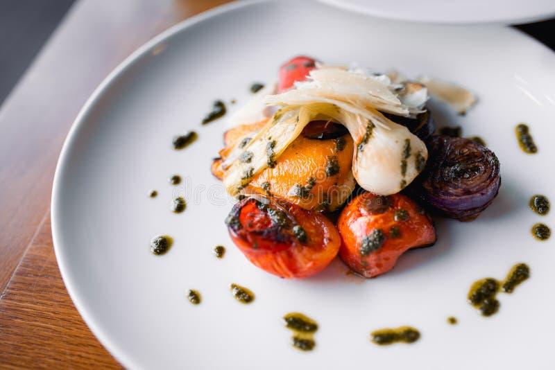 De kelner die het Geroosterde vlees van de kippenfilet met groente dienen versiert t bij restaurant, sluit omhoog mening Het eten royalty-vrije stock foto