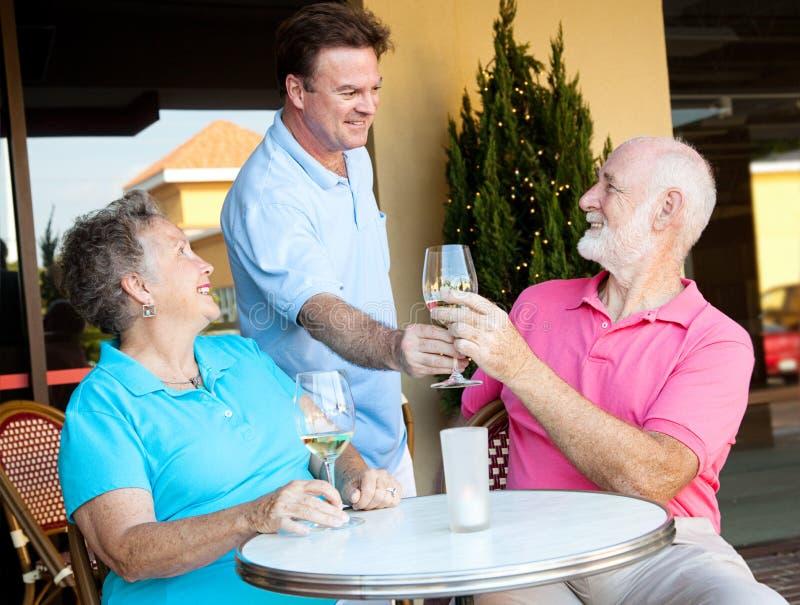De kelner dient de Wijn stock afbeelding