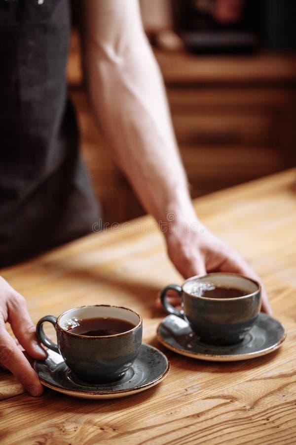 De kelner gaat de koffie dienen royalty-vrije stock fotografie