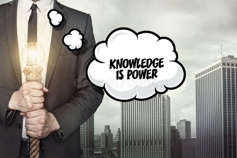 De kennis is machtstekst op toespraakbel met zakenman stock afbeelding