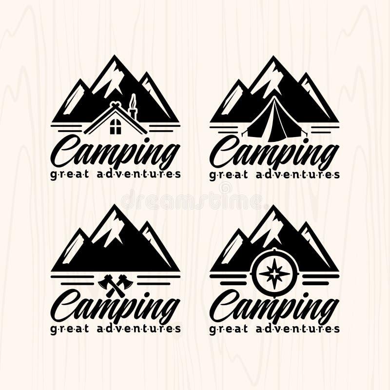 De kentekensemblemen en etiketten van het de zomerkamp voor om het even welk gebruik, op houten textuur als achtergrond stock illustratie