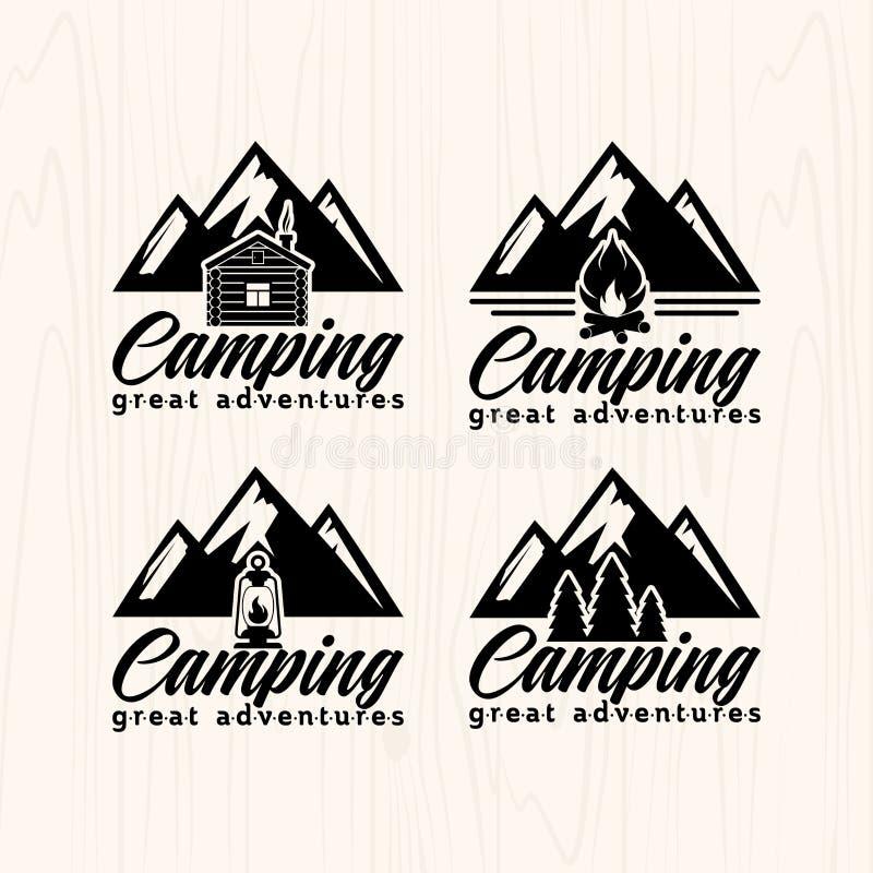 De kentekensemblemen en etiketten van het de zomerkamp voor om het even welk gebruik, op houten textuur als achtergrond royalty-vrije illustratie