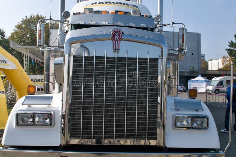 De Kenworth del kilovatio camión semi - parrilla fotografía de archivo libre de regalías