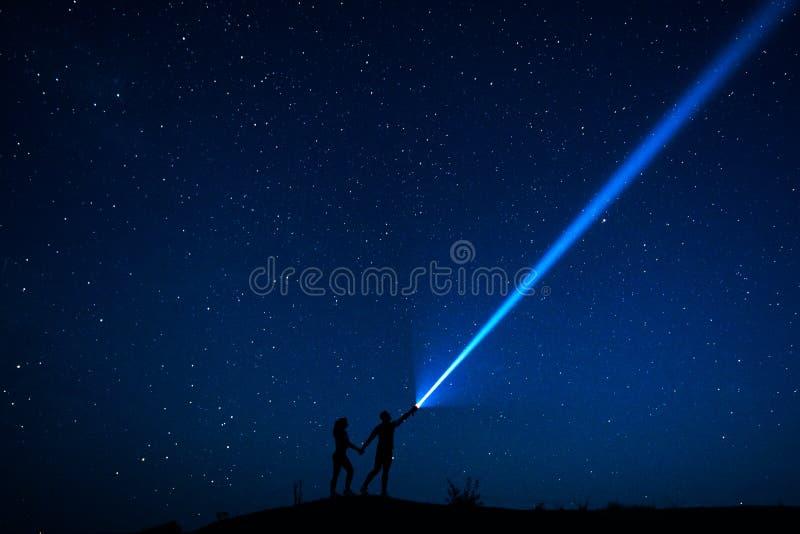 De kerel en het meisje bekijken de sterren stock foto's