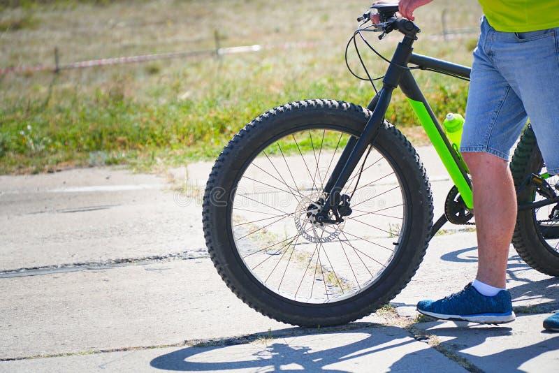 De kerel gaat met de fiets op de weg royalty-vrije stock foto's