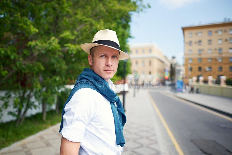 De kerel in de hoed op de straat stock fotografie