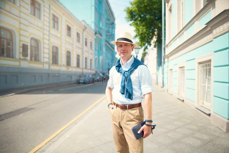 de kerel in de hoed op de straat royalty-vrije stock fotografie