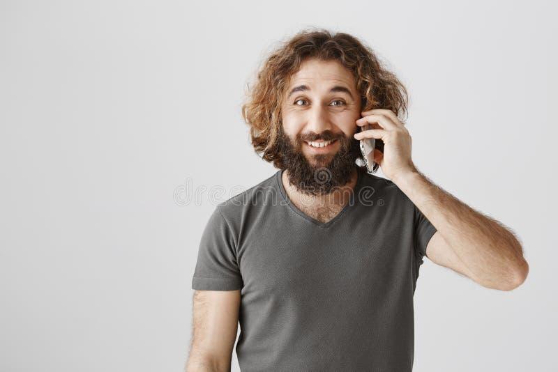 De kerel roept zijn partner om overeenkomst te schikken Portret van het knappe Arabische ondernemer spreken op smartphone terwijl stock foto