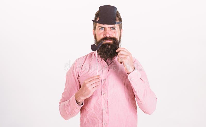 De kerel rookt pijp Hipster met baard en snor bij het ernstige gezicht stellen met de steunen van de fotocabine aristocratie stock foto