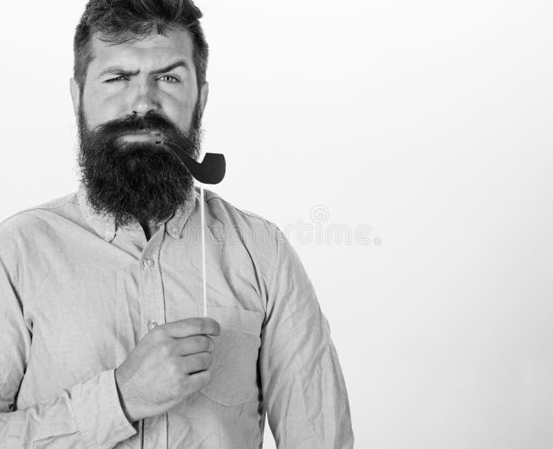 De kerel rookt pijp Hipster met baard en snor bij het ernstige gezicht stellen met de steunen van de fotocabine, exemplaarruimte  stock fotografie