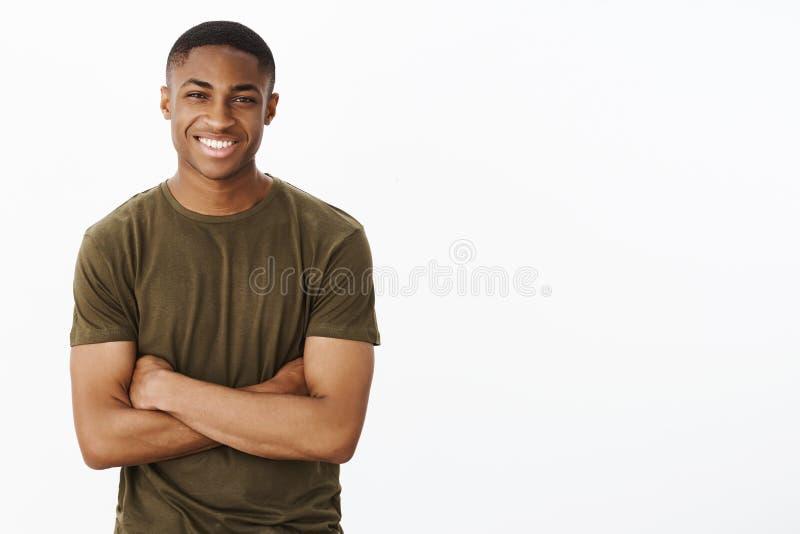 De kerel schijnt om vaardigheden te hebben Portret van zeker charismatisch jong knap Afrikaans-Amerikaans mannetje in t-shirthold stock afbeeldingen