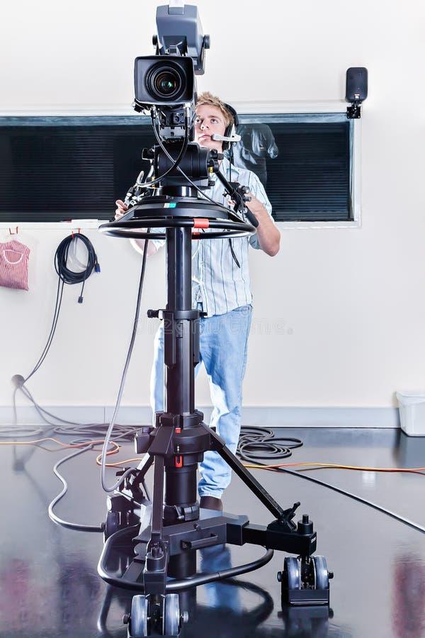 De kerel stelt een reusachtige studiocamera in een ruimte in werking royalty-vrije stock foto's
