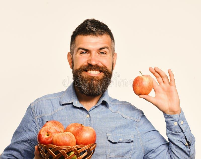 De kerel stelt inlands de de oogst Landbouw en herfst gewassenconcept voor Mens met baard stock fotografie