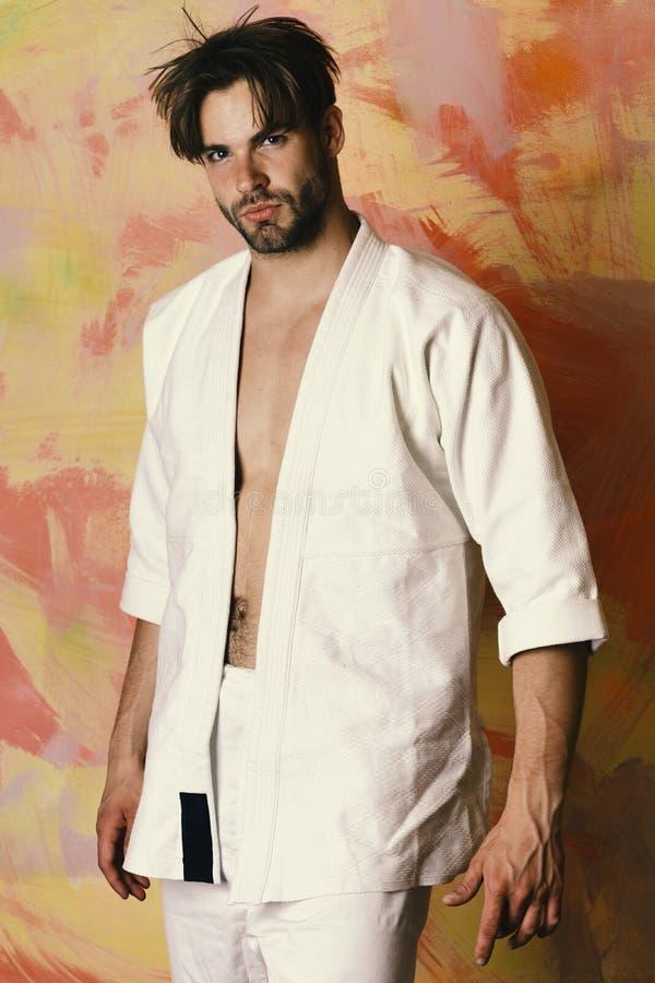 De kerel stelt in witte kimono Mens met zeker gezicht royalty-vrije stock foto