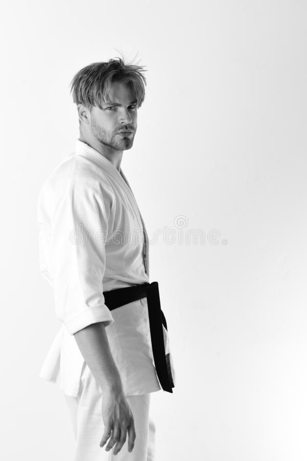De kerel stelt in witte kimono met zwart band Gezonde Levensstijl stock foto's