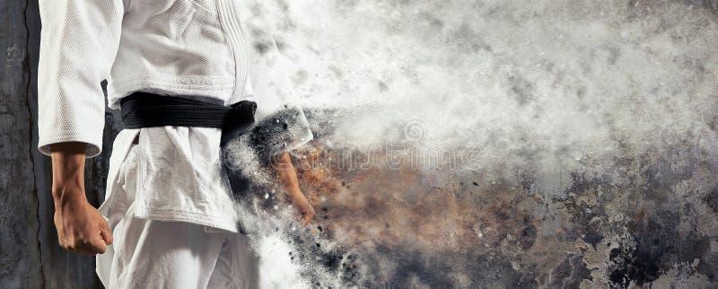 De kerel stelt in witte kimono met zwart band judobanner stock afbeelding
