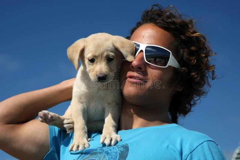 De kerel van Surfer en zijn hond royalty-vrije stock afbeelding