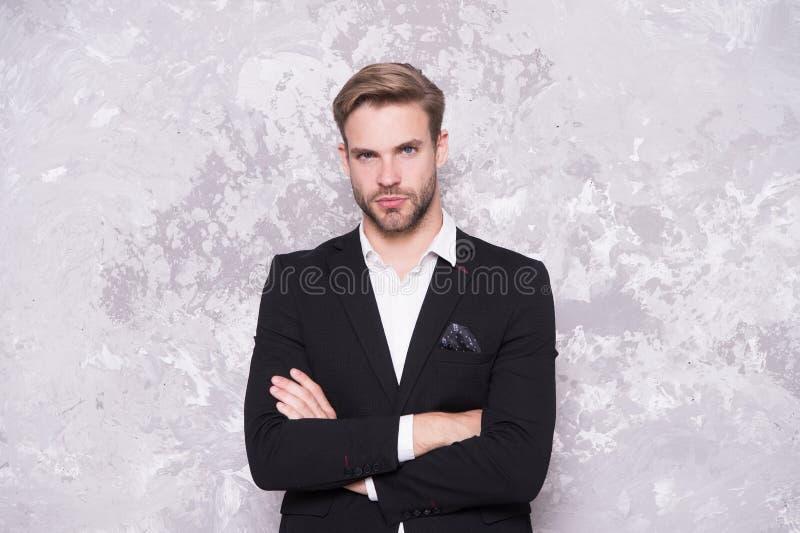 De kerel verzorgde goed de knappe smoking van de machoslijtage De bruidegom van de kapperswinkel Manierkleren Moderne tendens Gem stock foto's