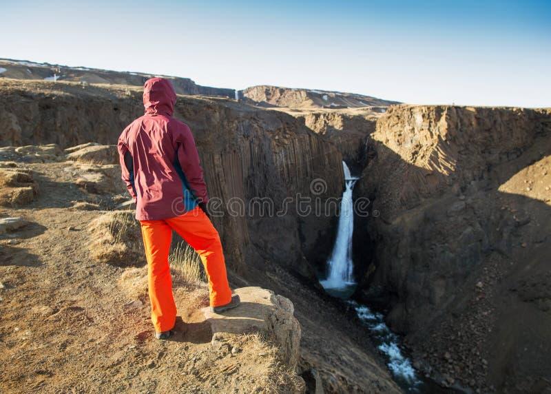 De kereltoerist gaat naar de bergen van IJsland royalty-vrije stock fotografie