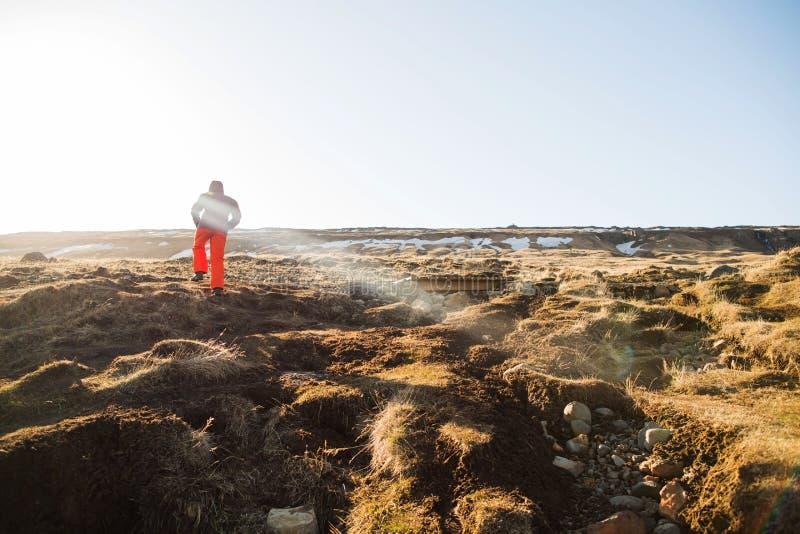 De kereltoerist gaat naar de bergen van IJsland royalty-vrije stock afbeelding