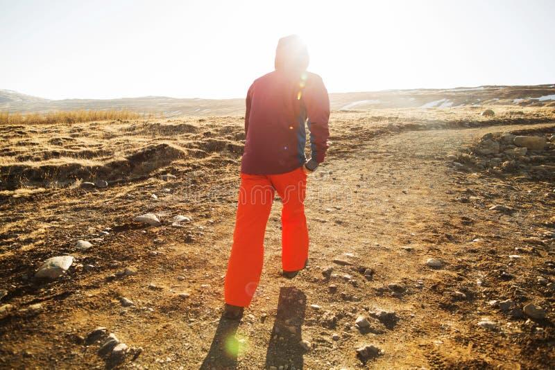 De kereltoerist gaat naar de bergen van IJsland stock foto's