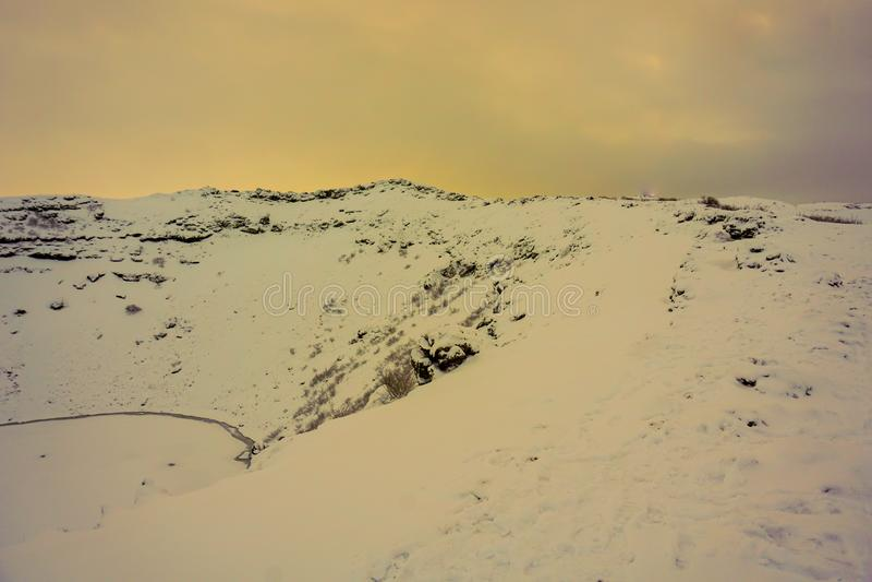 De Kerid-Krater in Sneeuw wordt behandeld die stock fotografie