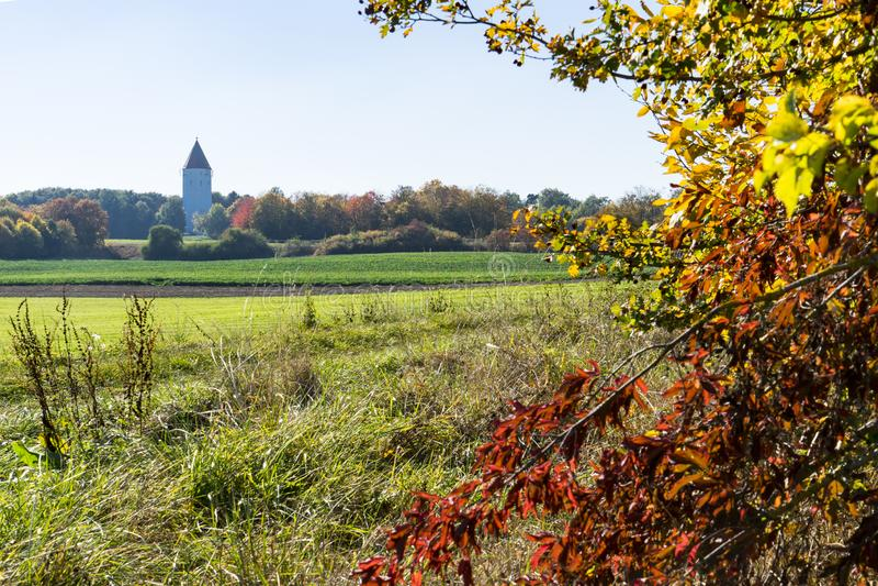 De kerk Buchdorf en de bomen in de herfstkleuren snakken Romantische Weg, Duitsland royalty-vrije stock afbeeldingen