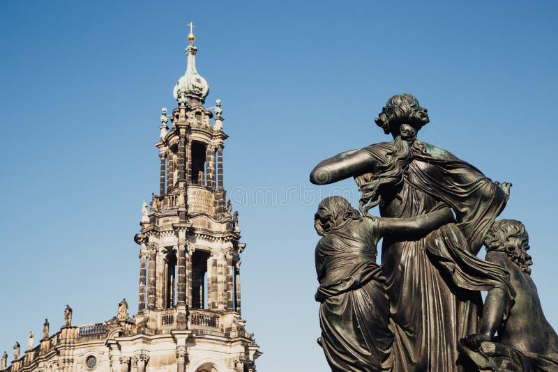 De kerk en het standbeeld van Katholischehofkirche in Dresden, Duitsland royalty-vrije stock foto