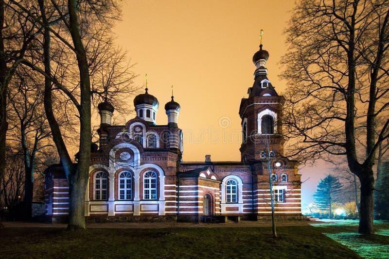 De kerk glanst met nachtlichten stock foto