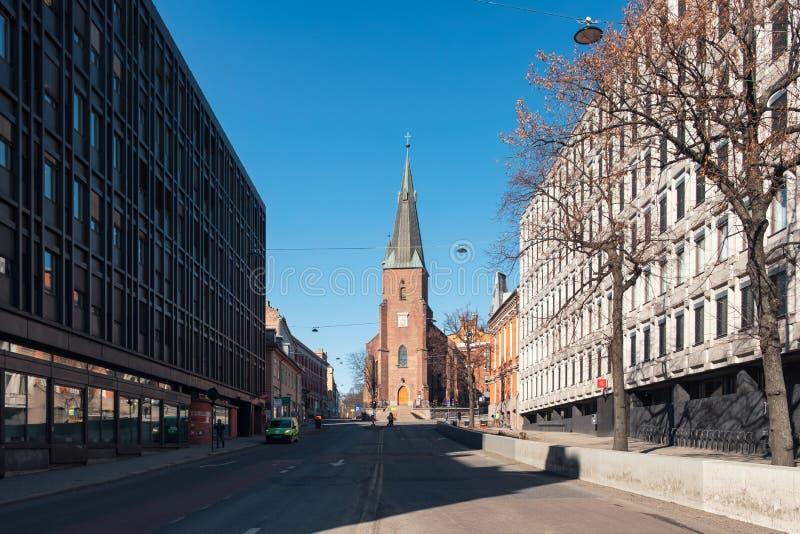 De de kerk godsdienstige bouw van architectuurstolav binnen de stad in met blauwe hemel op de straat stock afbeeldingen